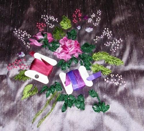 Bouquet brodé aux rubans à l'aiguille. Rubans de soie et organza. Etude des points de noeuds, de ruban, de bouclette, de tige. Pièce d'étude brodée par Karine L.