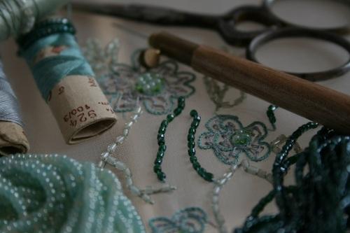 fournitures pour broder, perles anciennes, fils de soie, crochet de Lunéville, ciseaux de brodeuse