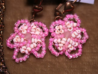 fleurs brodees de perles roses