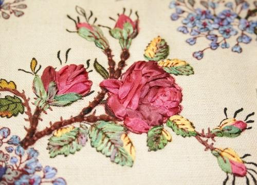 Broderie rose au ruban