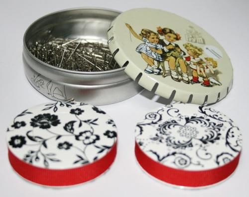 Mètres rubans et boîte d'épingles